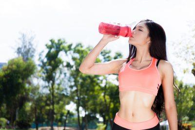 運動中にプロテインを飲む女性
