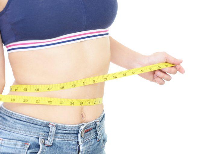 お腹周りが痩せた女性