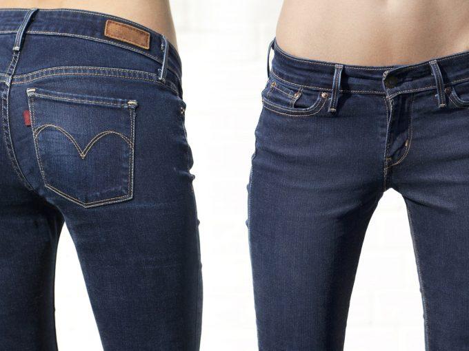 スリムジーンズを履く女性