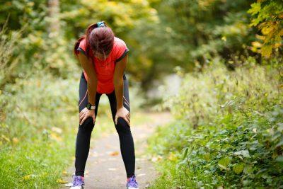 過度な運動で疲れた女性