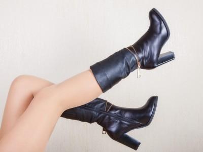 ブーツを履く女性