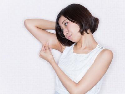 二の腕の脂肪に悩む女性