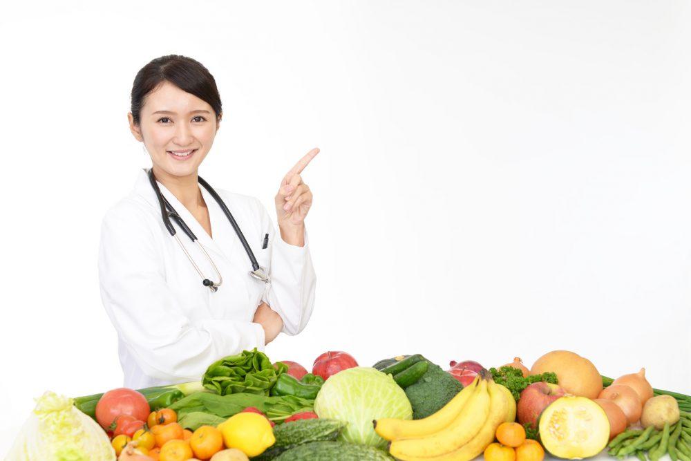 食事を指示する笑顔の女医