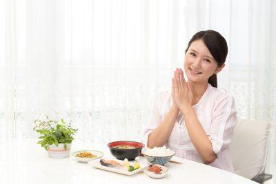 バランスの良い食事を摂る女性