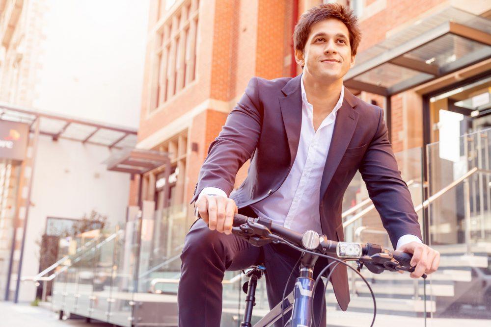 自転車を漕ぐ男性