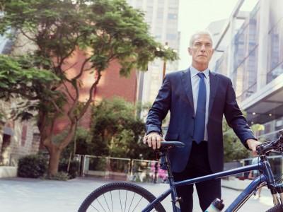 60代ビジネスマンと自転車
