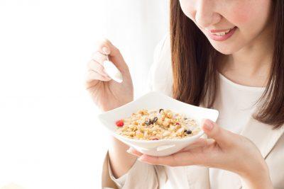 オートミール(グラノーラ)を食べる