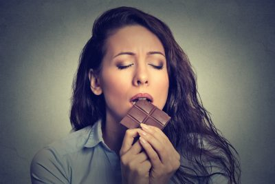 チョコレートを美味しそうに食べる女性