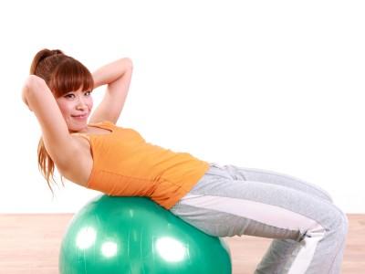 バランスボールを使った腹筋運動