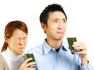青汁を飲んで不味い顔をする人達