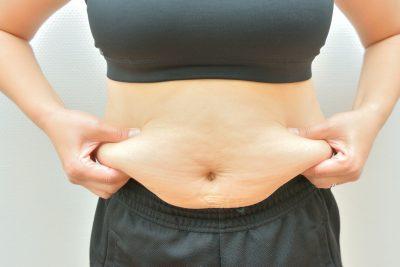 ダイエットに挑戦する太った女性