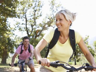 自転車を漕ぐ中年男女