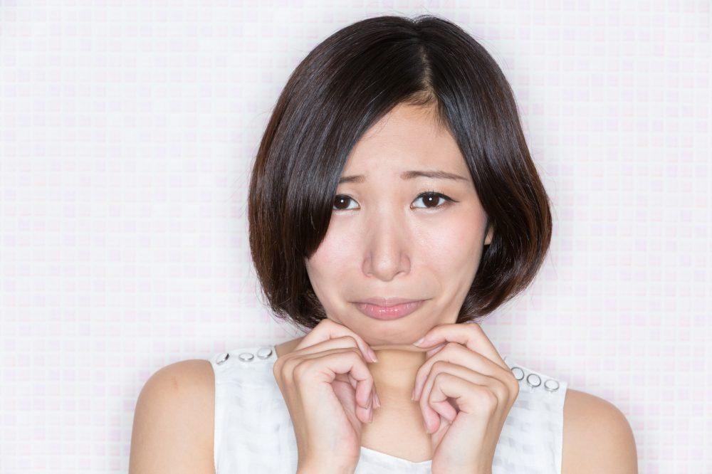 二重顎を気にする女性