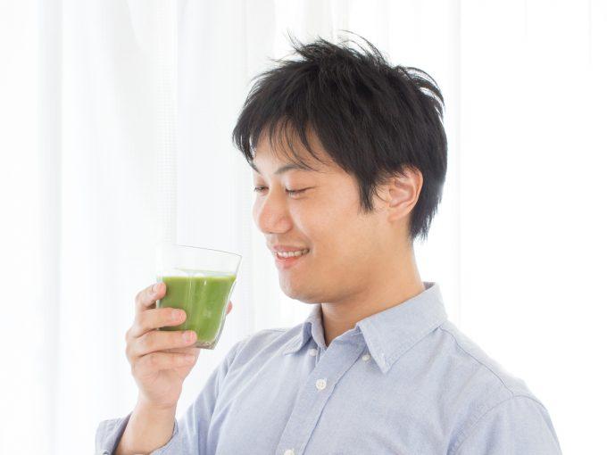 青汁を美味しそうに飲む男性