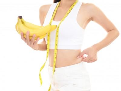 バナナダイエットに挑戦する女性