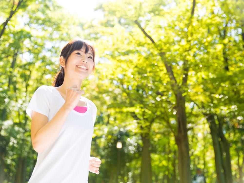早朝にジョギングをする人