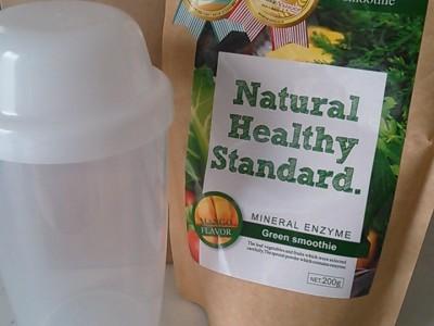 シェイカーとNatural healthy standardのグリーンスムージー