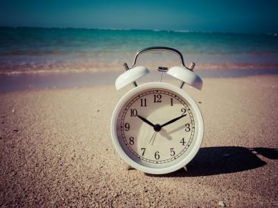 砂浜と目覚まし時計