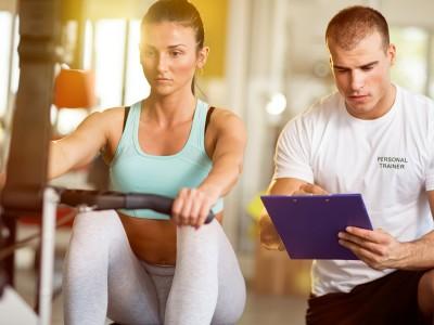 運動する女性とトレーナー