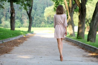 お尻を引き締めて歩く女性