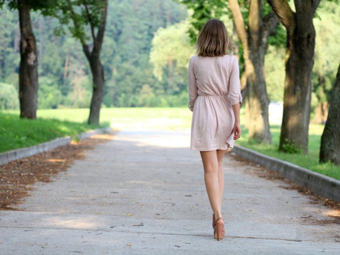 歩くモデル女性