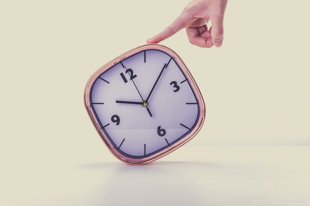 掛け時計を持っている手、時間