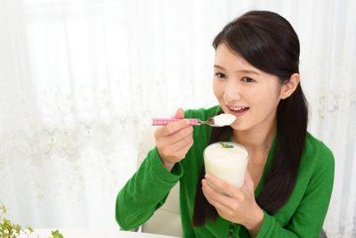ヨーグルトを食べ続ける女性