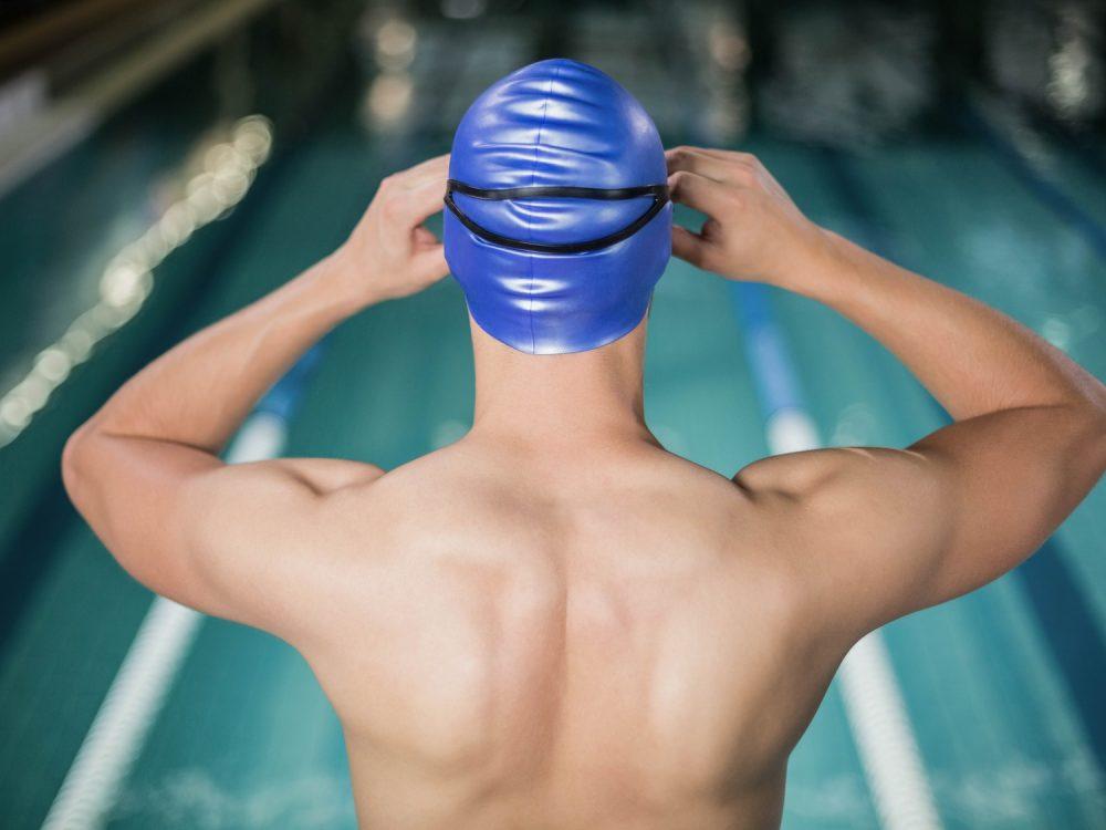 水泳をする男性 屋内プール
