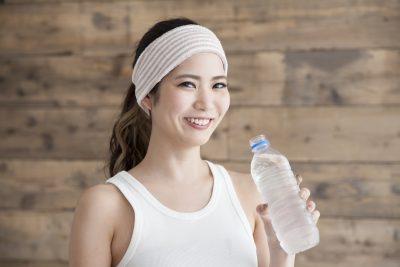 運動後に水を飲む女性