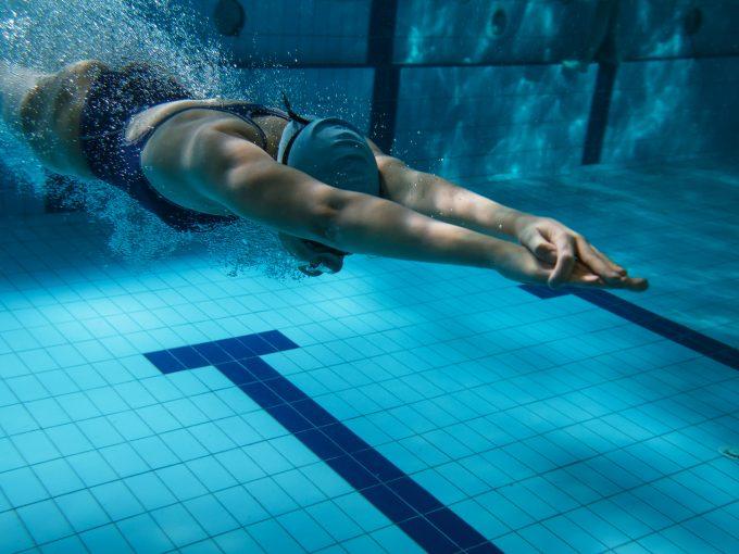 泳ぐ女性 プール
