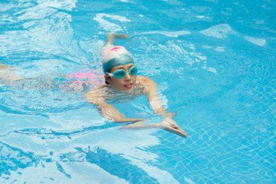 プールで平泳ぎをする女性
