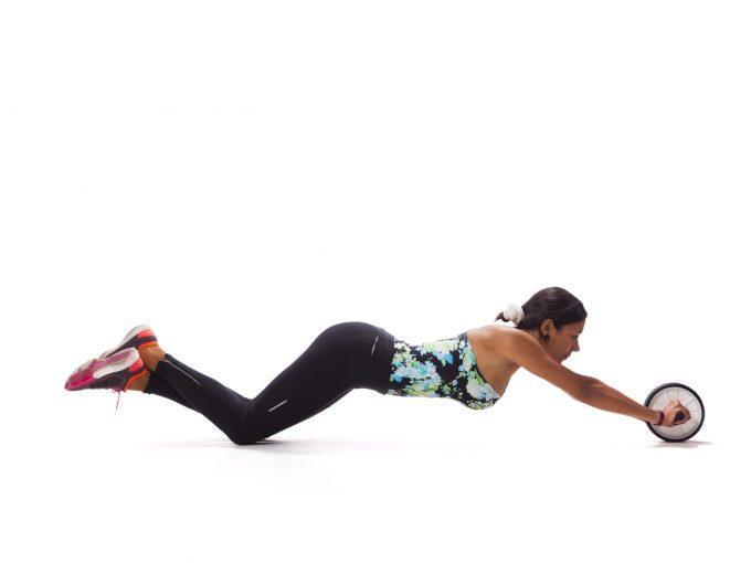 腹筋ローラーを使う女性
