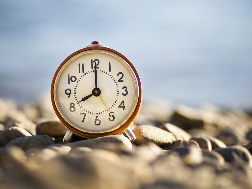 8時を示す時計 8時間ダイエットのイメージ