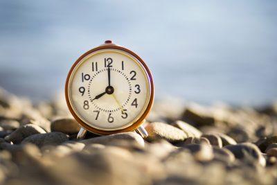 8時を示す時計