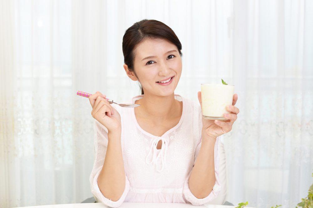 水切りヨーグルトを食べる女性