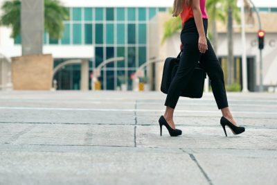 通勤する女性 徒歩