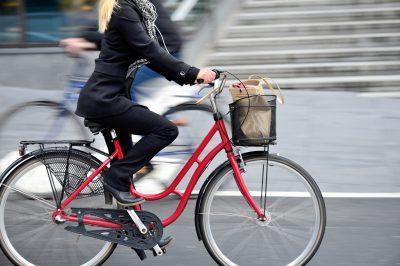 通勤で自転車に乗る女性