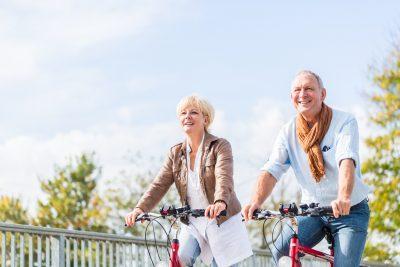 自転車を漕ぐ年配夫婦