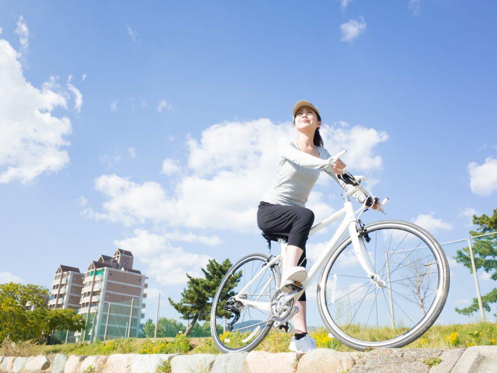 自転車に乗っている日本人女性