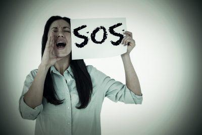 SOSと叫ぶ女性