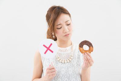 糖質制限をするドーナツを持つ女性