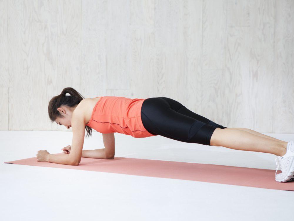 体幹に効くプランクをする女性