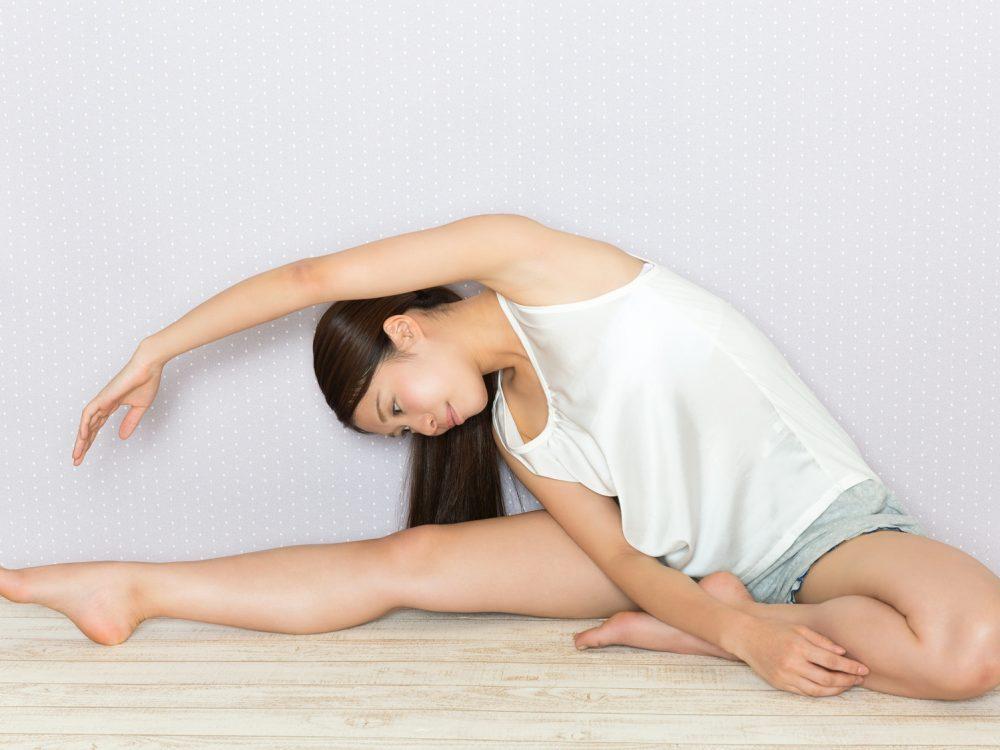 股関節と脇腹のストレッチをする女性