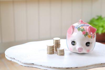 貯金箱:お金が浮くイメージ画像