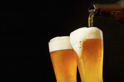 ビールをつぐ様子