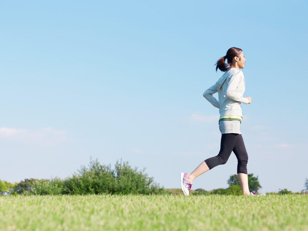 ゆっくり走る女性