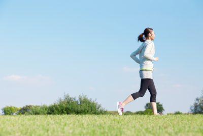 早朝にジョギングをする女性