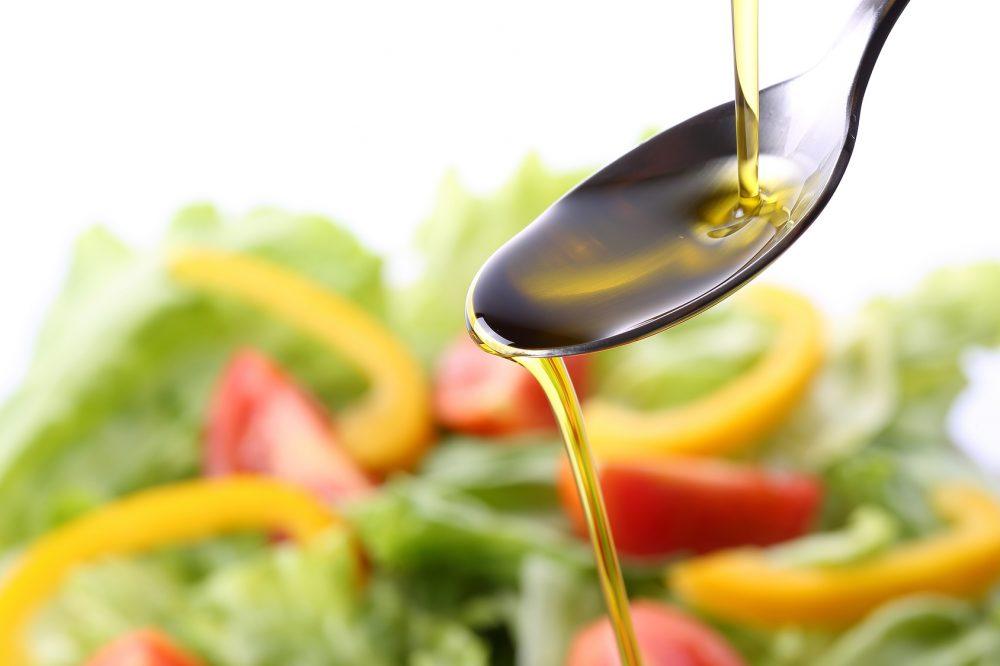 油 オリーブオイルとサラダ