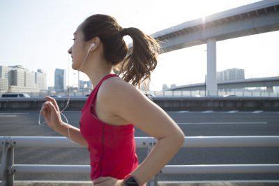 音楽を聴きながら走る女性