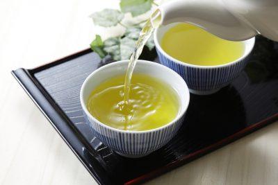 緑茶を注ぐ様子